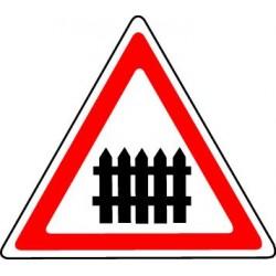 Passage à niveau muni de barrières à fonctionnement manuel lors du passage des trains